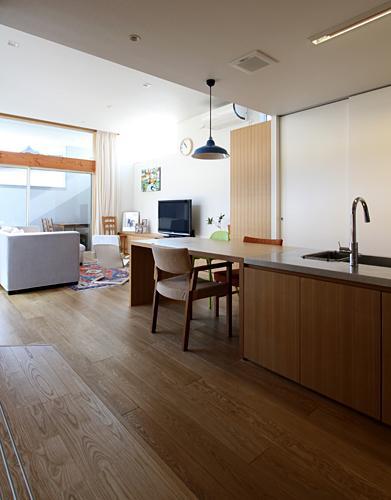 『津幡町の家2』共有庭に面した屋外リビングのある住まいの部屋 ナチュラルなLDK