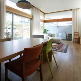 『津幡町の家2』共有庭に面した屋外リビングのある住まい-明るいリビングダイニング
