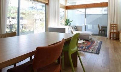 『津幡町の家2』共有庭に面した屋外リビングのある住まい (明るいリビングダイニング)