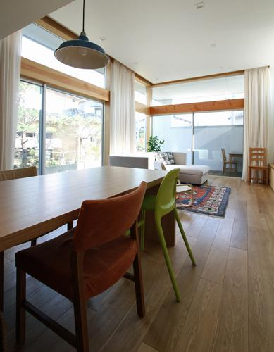 『津幡町の家2』共有庭に面した屋外リビングのある住まいの部屋 明るいリビングダイニング