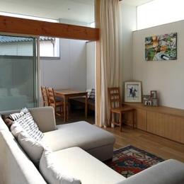 『津幡町の家2』共有庭に面した屋外リビングのある住まい (屋外デッキにつながるリビング)