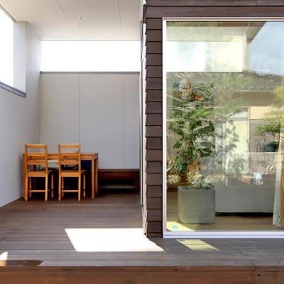 『津幡町の家2』共有庭に面した屋外リビングのある住まい (半屋外デッキ-アウトドアリビング)