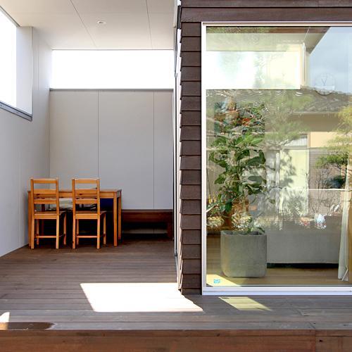 『津幡町の家2』共有庭に面した屋外リビングのある住まいの部屋 半屋外デッキ-アウトドアリビング