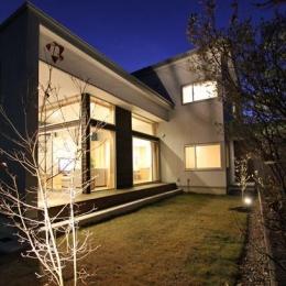 『津幡町の家2』共有庭に面した屋外リビングのある住まい (庭-ライトアップ)