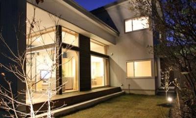 庭-ライトアップ|『津幡町の家2』共有庭に面した屋外リビングのある住まい