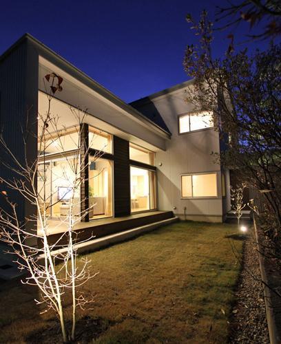 『津幡町の家2』共有庭に面した屋外リビングのある住まいの部屋 庭-ライトアップ