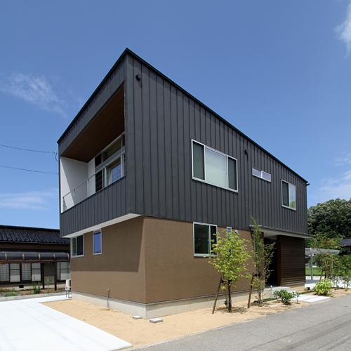 『和気町の家』里山風景を望む2階リビングの住まいの部屋 モダンな外観