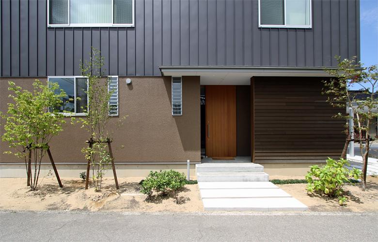 『和気町の家』里山風景を望む2階リビングの住まいの部屋 玄関アプローチ