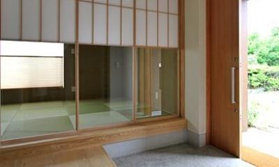 『和気町の家』里山風景を望む2階リビングの住まい (開放的な玄関土間-隣は客間)