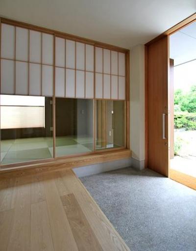 開放的な玄関土間-隣は客間 (『和気町の家』里山風景を望む2階リビングの住まい)