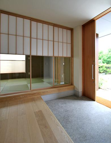 『和気町の家』里山風景を望む2階リビングの住まいの部屋 開放的な玄関土間-隣は客間