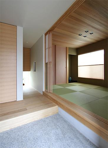『和気町の家』里山風景を望む2階リビングの住まいの部屋 客間と一体になる玄関土間