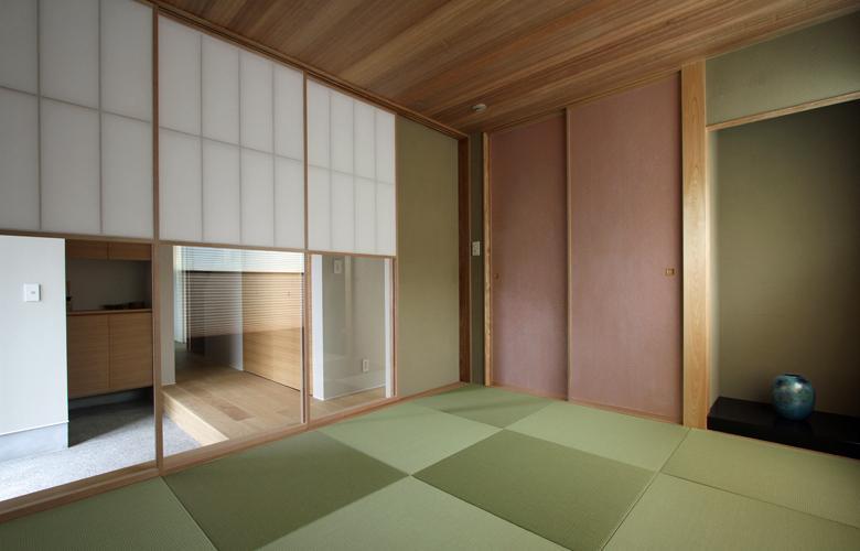『和気町の家』里山風景を望む2階リビングの住まいの部屋 落ち着きのある客間