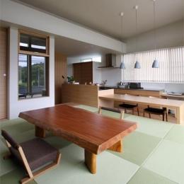 『和気町の家』里山風景を望む2階リビングの住まい-2階畳敷きのリビング-1