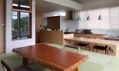 『和気町の家』里山風景を望む2階リビングの住まい (2階畳敷きのリビング-1)