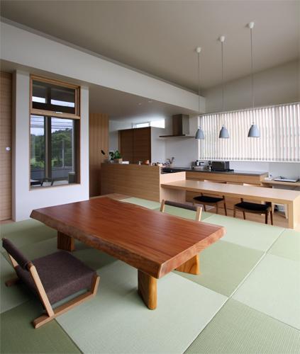 『和気町の家』里山風景を望む2階リビングの住まいの部屋 2階畳敷きのリビング-1