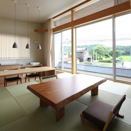 『和気町の家』里山風景を望む2階リビングの住まい (2階畳敷きのリビング-2)