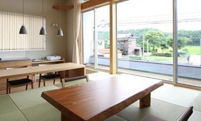 2階畳敷きのリビング-2|『和気町の家』里山風景を望む2階リビングの住まい