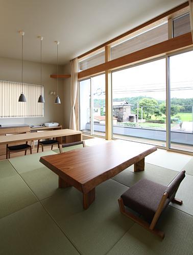 『和気町の家』里山風景を望む2階リビングの住まいの部屋 2階畳敷きのリビング-2