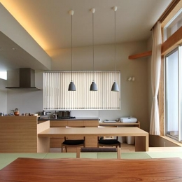 『和気町の家』里山風景を望む2階リビングの住まい-リビングよりダイニングを見る