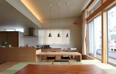リビングよりダイニングを見る (『和気町の家』里山風景を望む2階リビングの住まい)