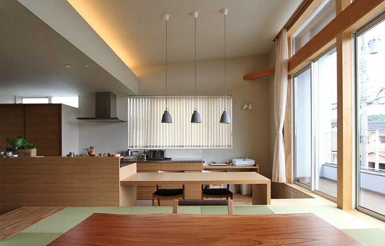 『和気町の家』里山風景を望む2階リビングの住まいの部屋 リビングよりダイニングを見る