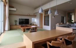『和気町の家』里山風景を望む2階リビングの住まい (温かみ溢れるLDK-1)
