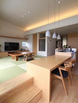 『和気町の家』里山風景を望む2階リビングの住まい (温かみ溢れるLDK-2)