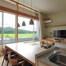 『和気町の家』里山風景を望む2階リビングの住まい-里山風景を取り込むLDK