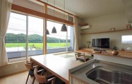 『和気町の家』里山風景を望む2階リビングの住まい (里山風景を取り込むLDK)