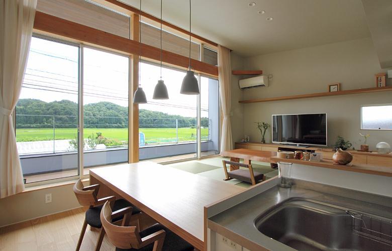 『和気町の家』里山風景を望む2階リビングの住まいの部屋 里山風景を取り込むLDK