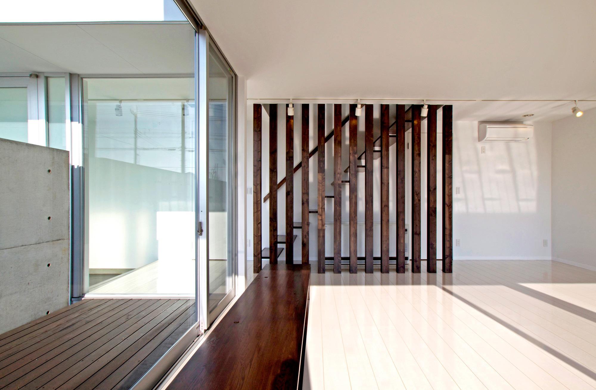 H-House <L窓の家>の部屋 木製ルーバーの設置された階段
