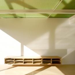 K-House <空中リビングのある家> (緑の半透明天井の1階リビング)