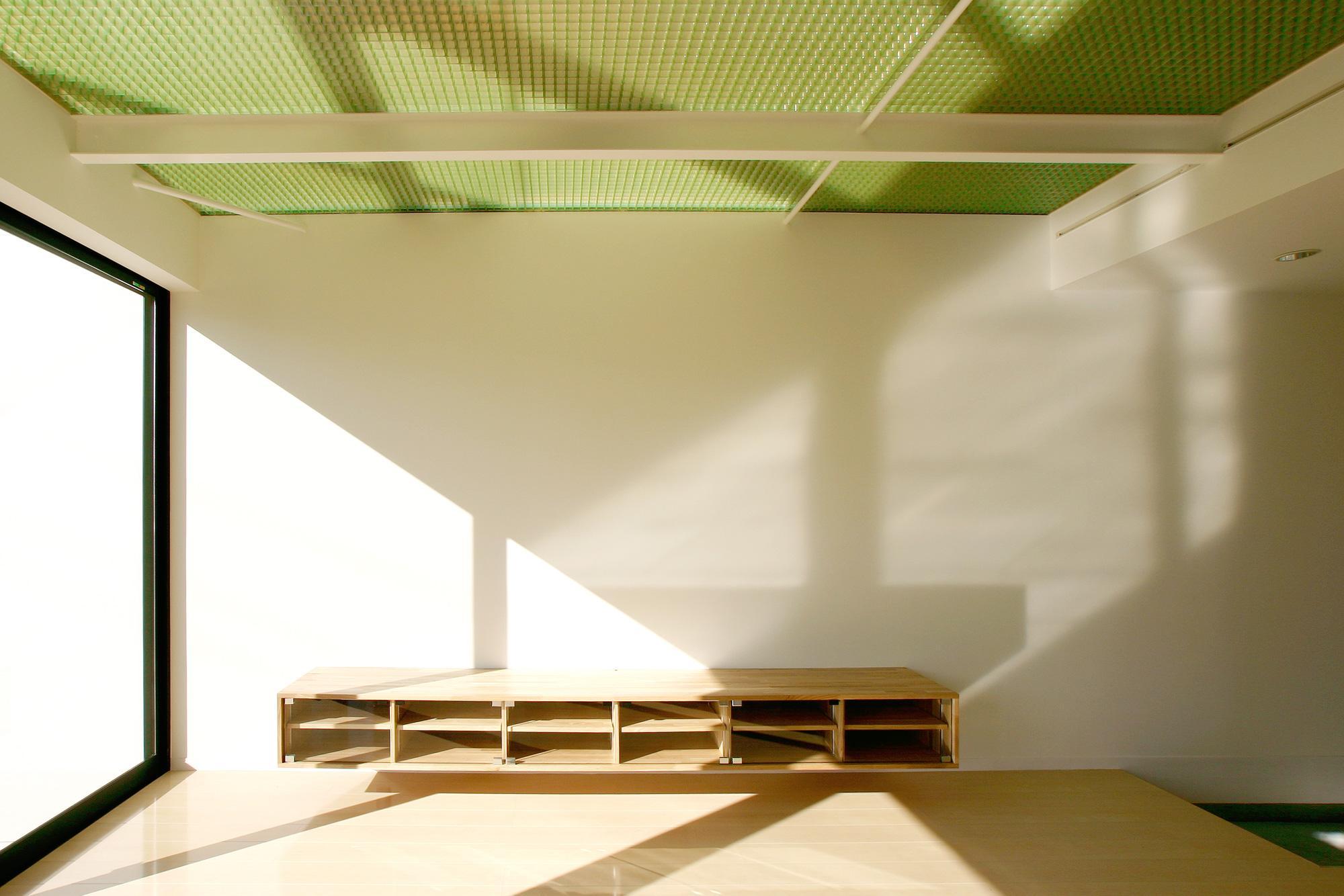 K-House <空中リビングのある家>の部屋 緑の半透明天井の1階リビング