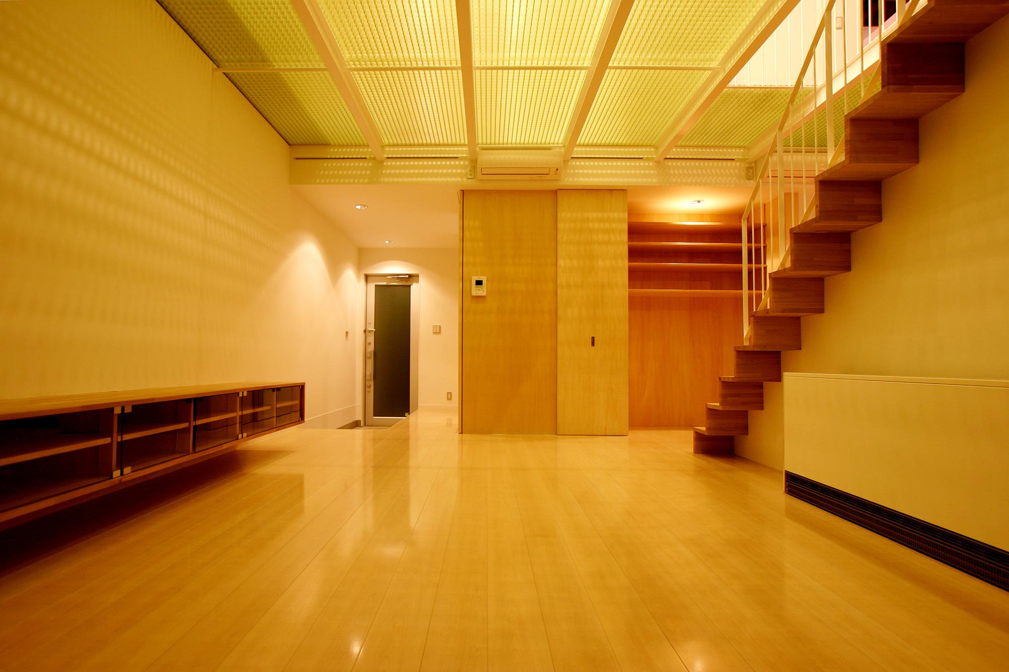K-House <空中リビングのある家>の部屋 半透明天井から照明の光が漏れるリビング