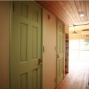 パステルグリーンの無垢材のドア