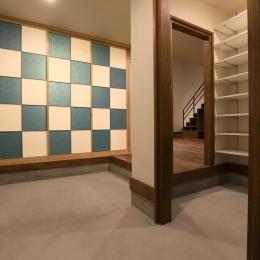 市松模様の襖が迎える玄関土間