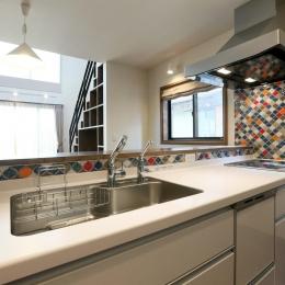 K's residence-カラフルなタイルがアクセントのキッチン