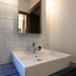 洗面所-ブルーのボーダータイルの洗面台