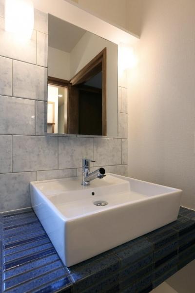 洗面所-ブルーのボーダータイルの洗面台 (K's residence)