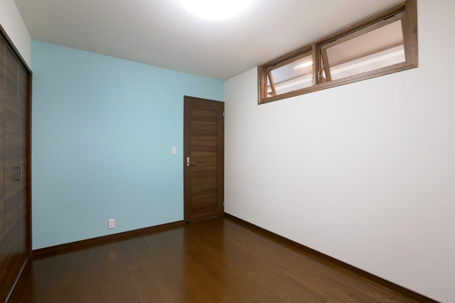 K's residenceの部屋 寝室-スカイブルーのアクセントクロス