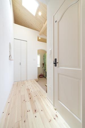 Y様邸「素材の質感までこだわった体も心も喜ぶナチュラル空間」の部屋 トップライトのある玄関ホール