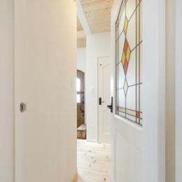 Y様邸「素材の質感までこだわった体も心も喜ぶナチュラル空間」 (ステンドグラス調のドア)
