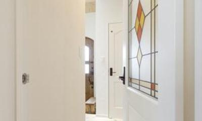 ステンドグラス調のドア|Y様邸「素材の質感までこだわった体も心も喜ぶナチュラル空間」