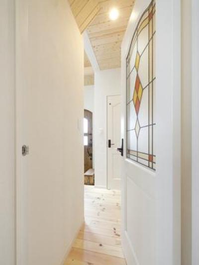 ステンドグラス調のドア (Y様邸「素材の質感までこだわった体も心も喜ぶナチュラル空間」)
