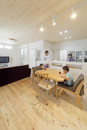Y様邸「素材の質感までこだわった体も心も喜ぶナチュラル空間」の部屋 家族が集うLDK