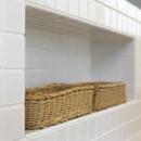 白タイル仕上げのキッチンカウンター・造作棚