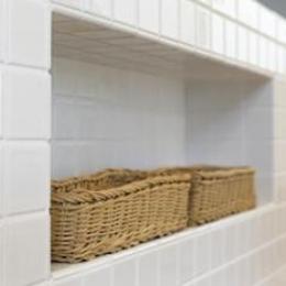 Y様邸「素材の質感までこだわった体も心も喜ぶナチュラル空間」-白タイル仕上げのキッチンカウンター・造作棚