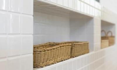 Y様邸「素材の質感までこだわった体も心も喜ぶナチュラル空間」 (白タイル仕上げのキッチンカウンター・造作棚)