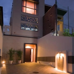 T様邸「斬新なプランで遊びごころを取り入れた開放的な家」 (シンプルモダンな外観-夜景)